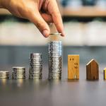 Image du Cafe Climat : piles de pieces de monnaie et maisons en bois