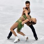 Couple de patineurs effectuant une figure