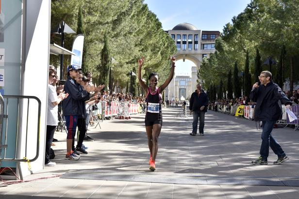 La Kenyane Jeronoh Mercyline est la première athlète féminine à franchir la ligne d'arrivée. Elle boucle son marathon en 2h 53 minutes.