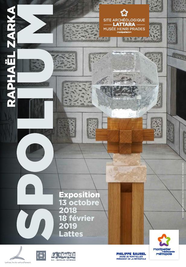 Affiche de l'exposition SPOLIUM : Une sculpture en verre sur un support en bois