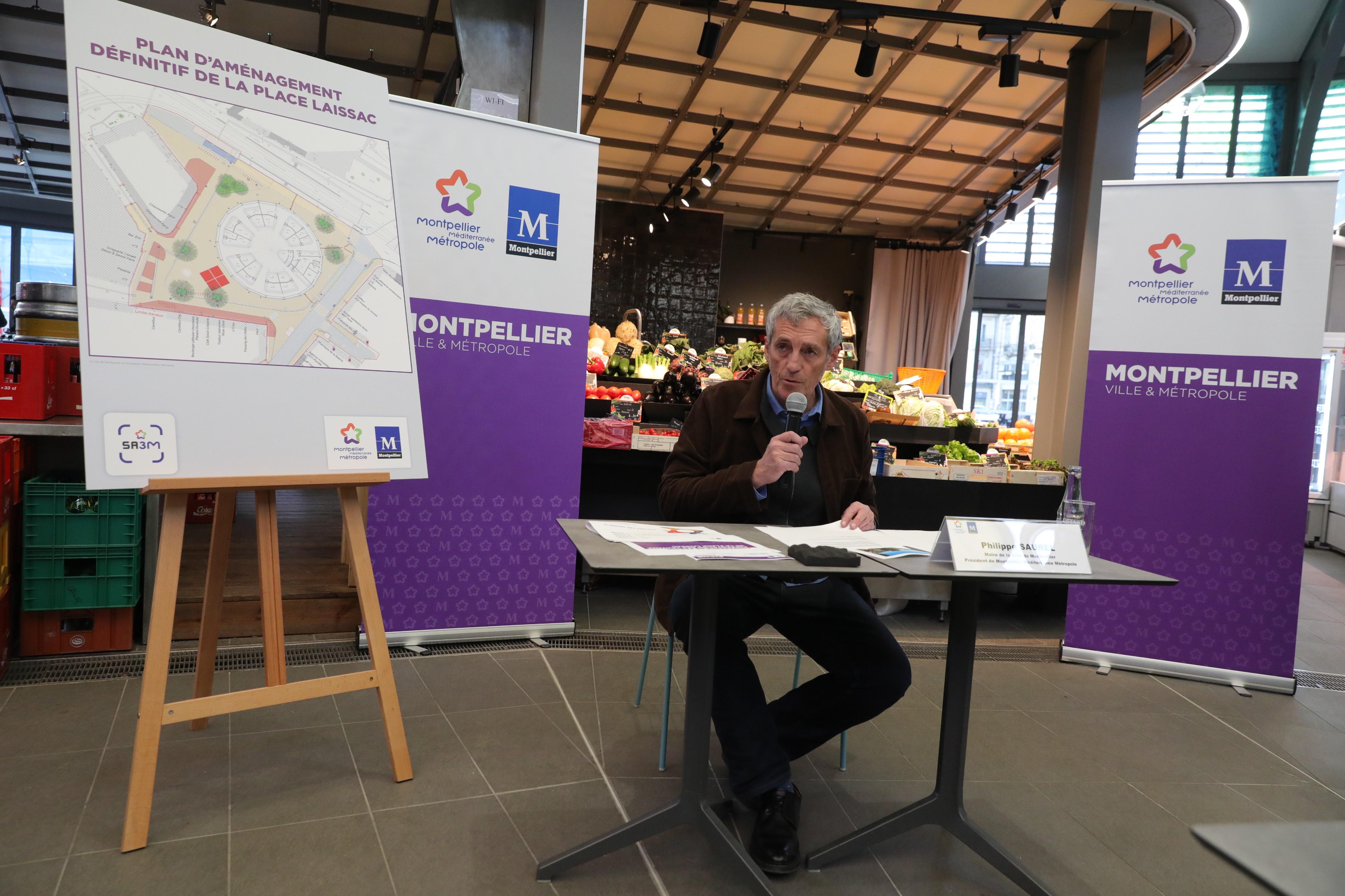 M. Saurel présentant les réaménagement de la place Laissac